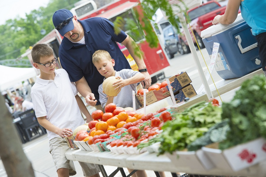 Dad and kids at farmers market